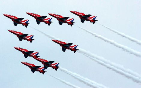 800px-Red_Arrows,_Southport_Airshow_2009_(01)